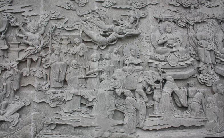 曲阳雕刻从汉朝时期开始兴起,经过了很多朝代的发展,在唐代已经发展成为鼎盛时期,与当时的经济发展水平时息息相关的,最重要的是当时兴起的佛教文化和陵墓石雕,让雕塑成为了很盛行的产业。   唐朝时期,政治经济都很稳定,文化氛围浓厚,大唐派出使者,去西域取得真经,在国内发展,兴建寺庙称为一项重要的工部,为了推崇佛教文化的发展,需要塑造很多的佛像,佛像的雕刻成为了重中之重,雕刻技艺在这一朝代得到了很大的用处,不仅仅只是手工业,更是政策支持的产业,所以迅速发展,很多的高僧也是传承佛教的宗旨,把佛经雕